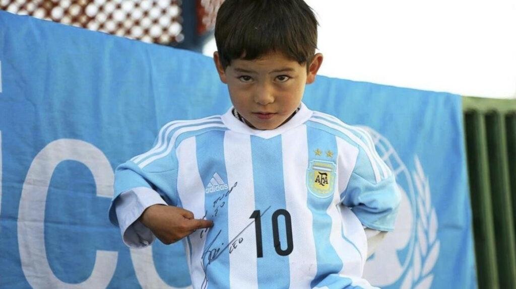 Niño afgano de la camiseta de plástico de Leo Messi teme a los talibanes