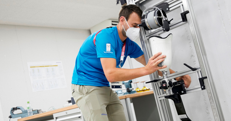 Un técnico de Ottobock arregla una prótesis en el taller de la Villa Paralímpica de Tokio.