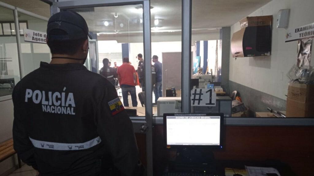Fiscalía allana oficinas de la ANT en La Troncal por entrega de certificados falsos