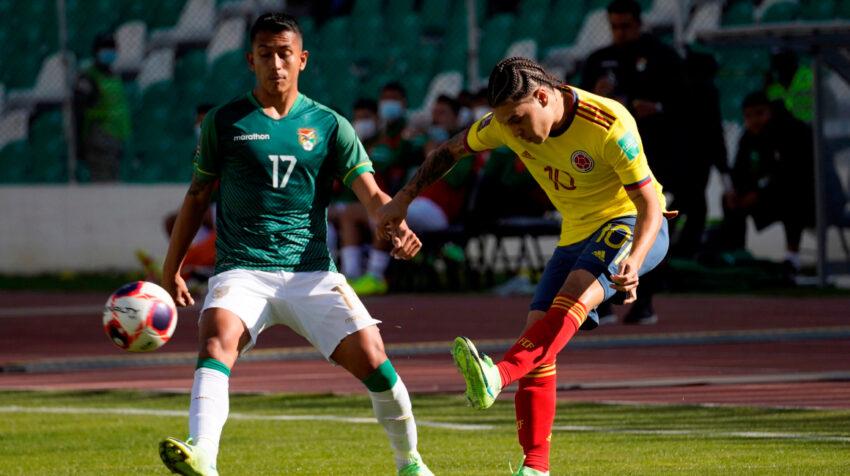 El colombiano Juan Quintero dispara el balón ante la marca del boliviano Roberto Fernández.