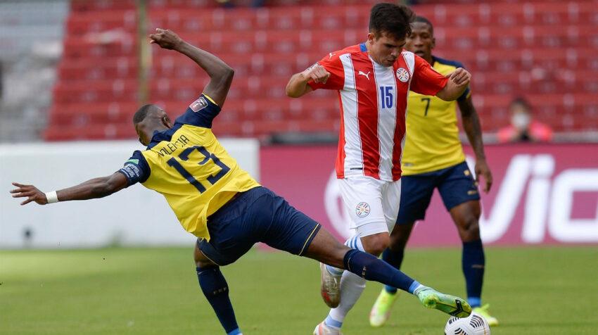 Enner Valencia de Ecuador cubre una pelota ante un futbolista paraguayo, en Quito, el 2 de septiembre de 2021.