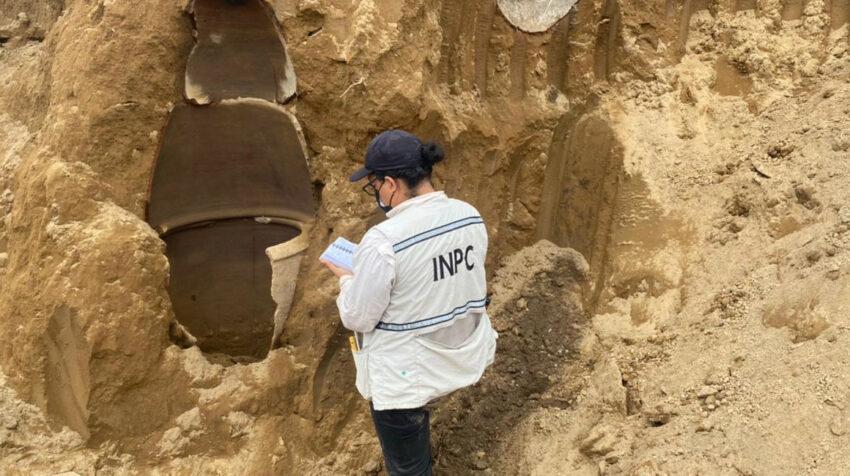 Técnicos de Patrimonio Cultural inspeccionan el hallazgo en una hacienda en Vinces, en Los Ríos.
