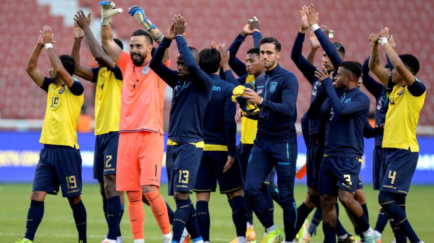 Los jugadores ecuatorianos saludan a los hinchas en el Rodrigo Paz Delgado, el jueves 2 de septiembre de 2021.