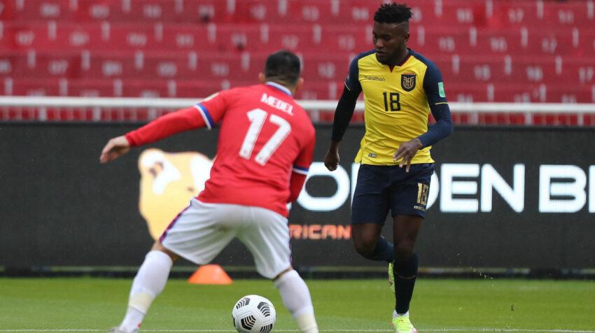 José Cifuentes intenta levantar un centro ante la marca de Gary Medel, en un partido por Eliminatorias entre Ecuador y Chile, el 5 de septiembre de 2021.