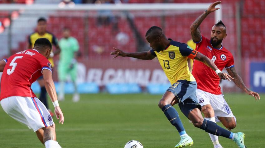 Enner Valencia maneja una pelota en el partido ante Chile por Eliminatorias, en Quito, el domingo 5 de septiembre de 2021.