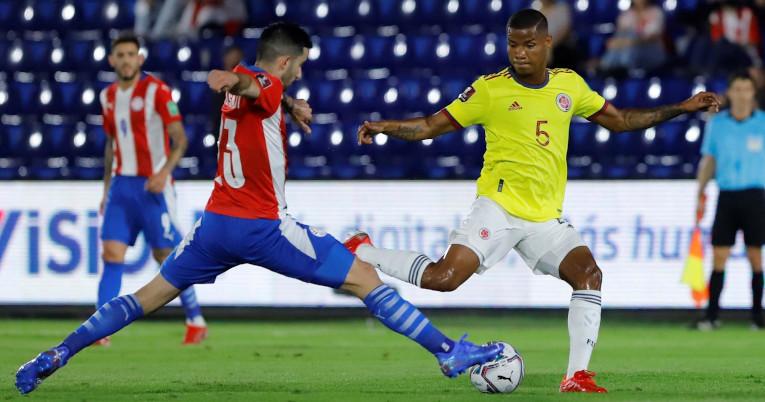 Wilmar Barrios, de Colombia, intenta evadir una marca en el encuentro ante Paraguay por Eliminatorias, el domingo 5 de septiembre de 2021, en Asunción.