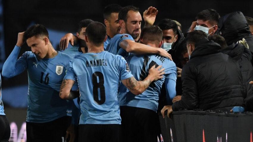 Los jugadores de Uruguay festejan uno de los goles en el triunfo ante Bolivia, el domingo 5 de septiembre de 2021.