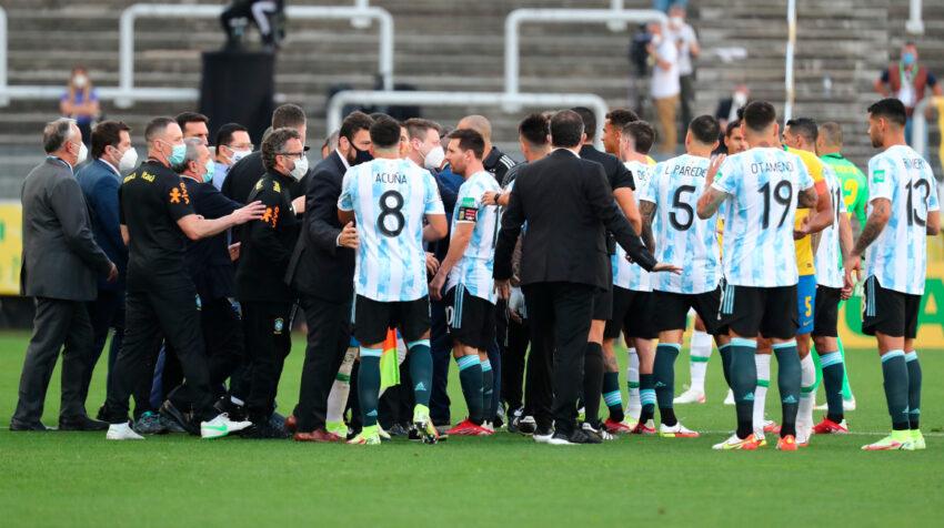 Jugadores de la selección de Argentina hablan con funcionarios de salud de Brasil durante el partido suspendido de las Eliminatorias del domingo 5 de septiembre de 2021.