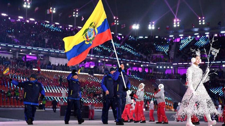 Klaus Jungbluth con la bandera ecuatoriana durante el desfile de los Juegos de Pyeongchang 2018.