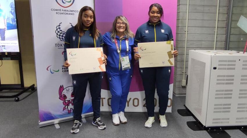 Poleth Mendes y Anaís Méndez, con los diplomas paralímpicos pertenecientes a sus medallas de Tokio 2021.