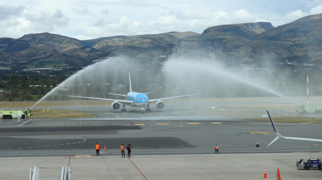 Richard Carapaz llegó a Quito y fue recibido con un arco de agua