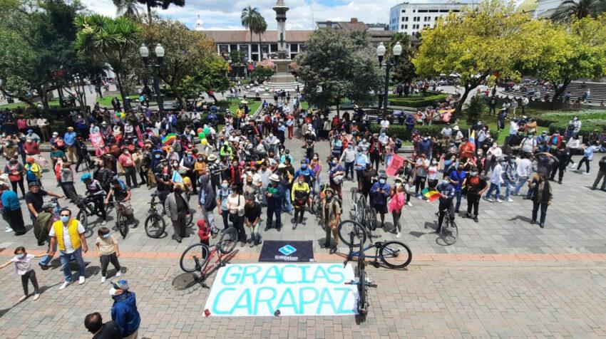 Personas en la Plaza Grande, en Quito, aplauden a Richard Carapaz, el viernes 10 de septiembre de 2021.