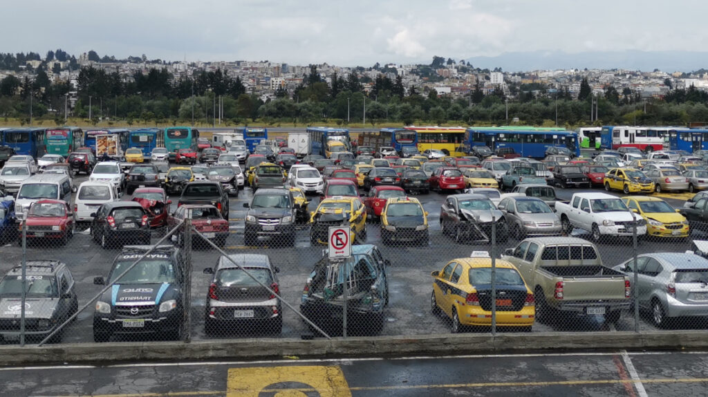 Los patios de retención de Quito están llenos de autos abandonados