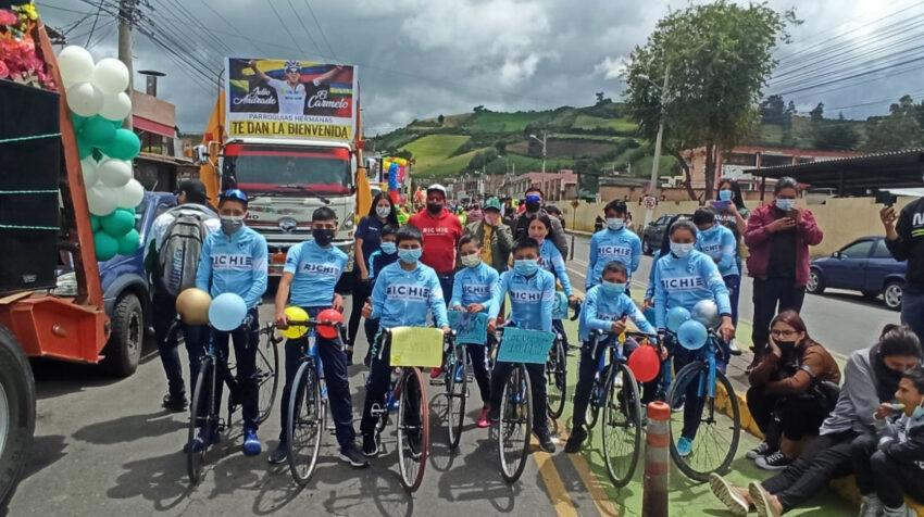 Los ciudadanos de Tulcán se alistan a acompañar a Richard Carapaz en una caravana por las calles de la ciudad, el 11 de septiembre de 2021.