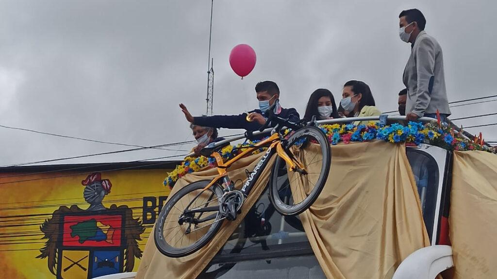 Tulcán recibe a Richard Carapaz con una caravana y homenajes