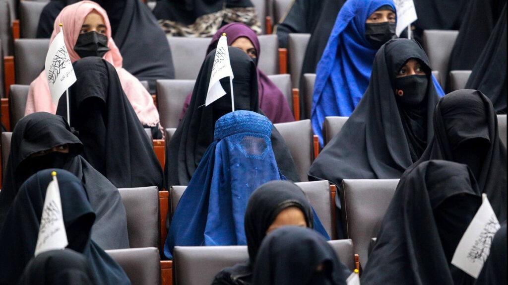 Mujeres afganas podrán estudiar en la universidad, pero separadas de los hombres