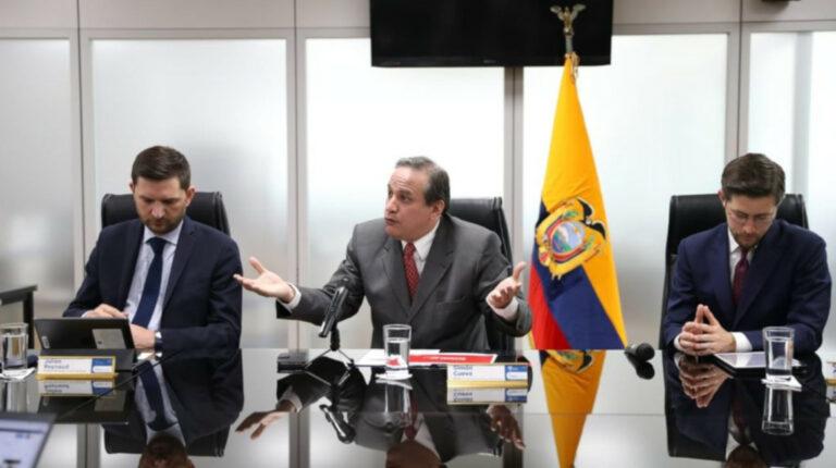 El representante del FMI en Ecuador, Julien Renaud, el ministro de Finanzas, Simón Cueva, y el gerente del Banco Central, Guillermo Avellán, durante una rueda de prensa el 8 de septiembre de 2021.