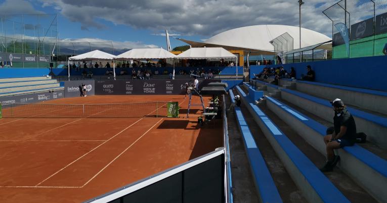 El público mira uno de los partidos del Challenger de Quito, en la cancha central, el 13 de septiembre de 2021.