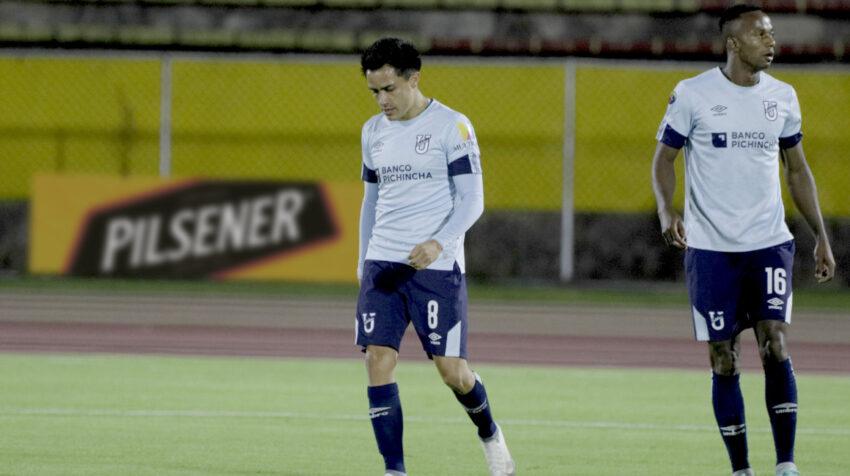Diego Armas y Yuber Mosquera, de Universidad Católica, durante el partido ante IDV, el 13 de septiembre de 2021.