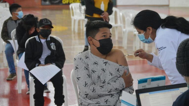 Un adolescente recibe la vacuna contra el Covid-19, el 13 de septiembre de 2021, en Cuenca.