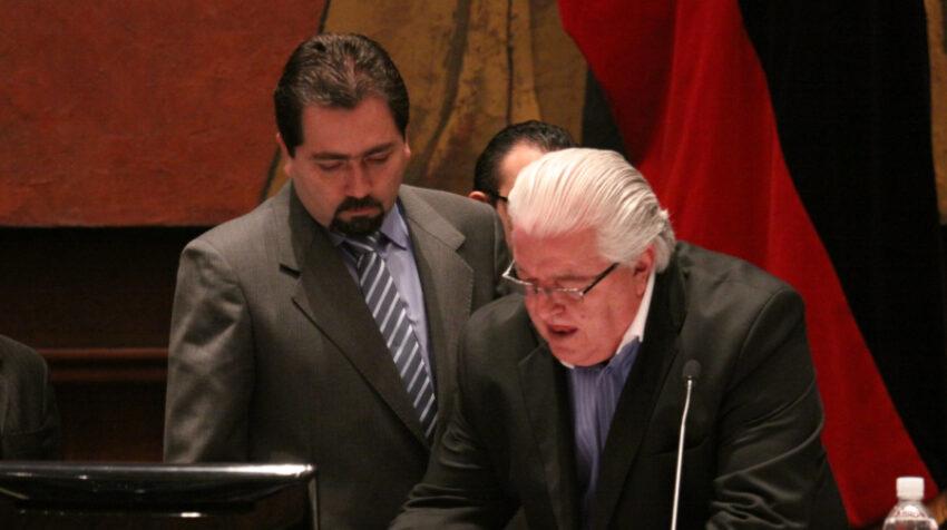 Ramiro Rivadeneira (izq.) fue posesionado como defensor del Pueblo, el 15 de diciembre de 2011, por Fernando Cordero, entonces presidente de la Asamblea.