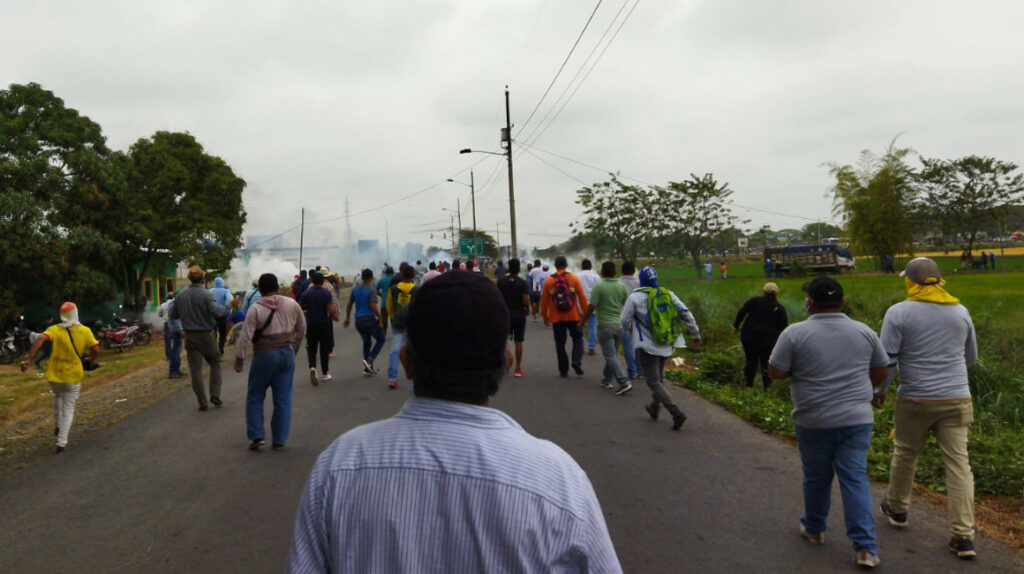 Agricultores bloquean vías en apoyo al paro nacional