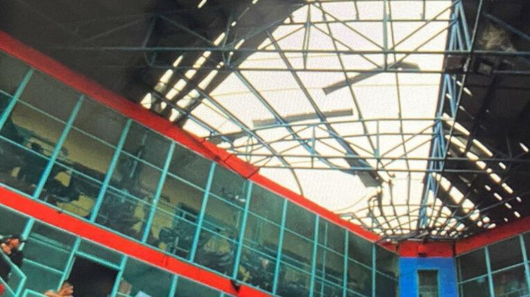 El techo de la Penitenciaría del Litoral quedó dañado tras las explosiones del 13 de septiembre de 2021.