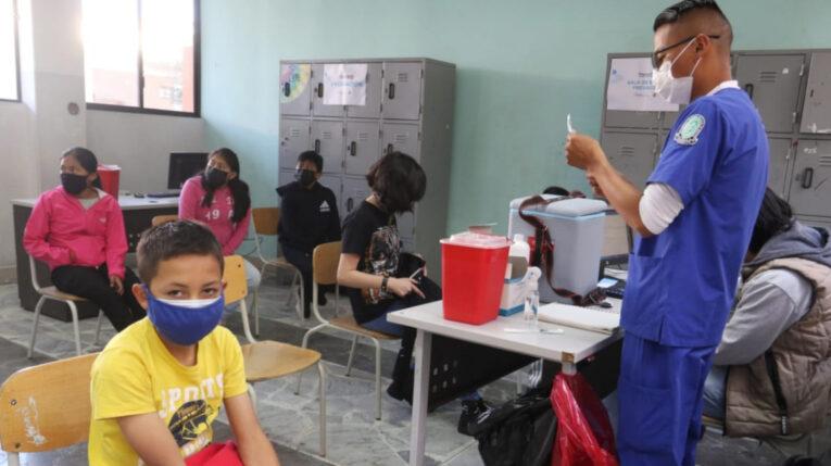 Un adolescente se prepara para recibir la vacuna contra el Covid-19, el 13 de septiembre de 2021, en Quito.