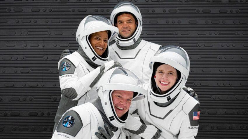 Fotografía del 12 de septiembre cedida por Inspiration4 donde aparecen los miembros de su tripulación (arriba) la Dra. Sian Proctor, Jared Isaacman (abajo) Christopher Sembroski y Hayley Arceneaux mientras posan durante la prueba de trajes en el Centro Espacial Kennedy en Florida.