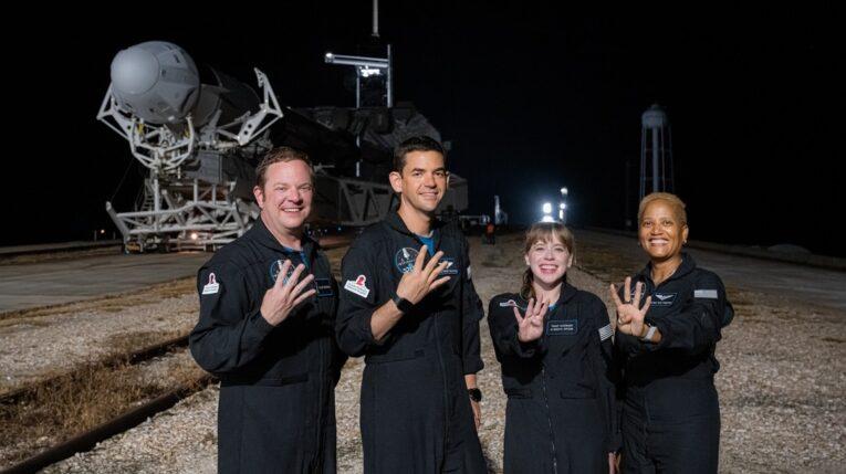 Miembros de la tripulación Inspiration4 (i-d) Christopher Sembroski, Jared Isaacman, Hayley Arceneaux y la Dra. Sian Proctor.