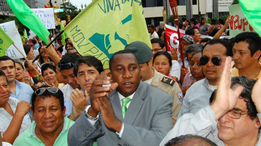 El 31 de marzo de 2010, el gobernador de Guayas, Roberto Cuero, marchaba con los militantes de Alianza PAIS.