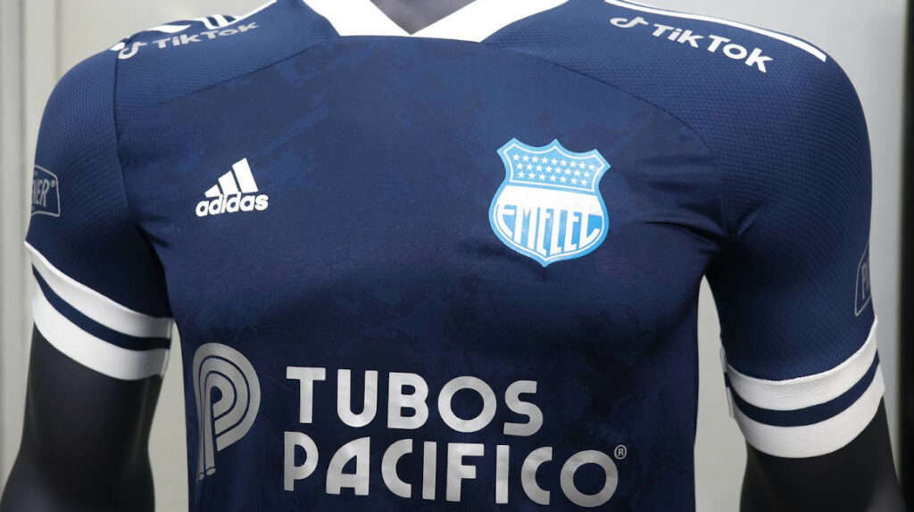 Emelec presenta su nueva camiseta en alianza con TikTok