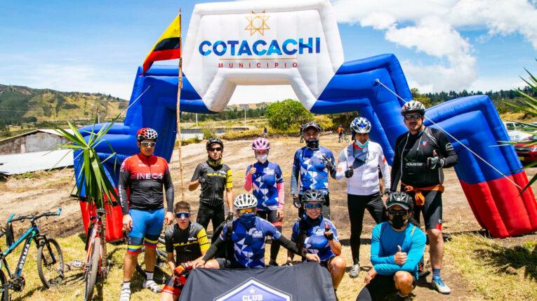 Ciclistas durante las fiestas culturales de Cotacachi, el 27 de septiembre de 2020.