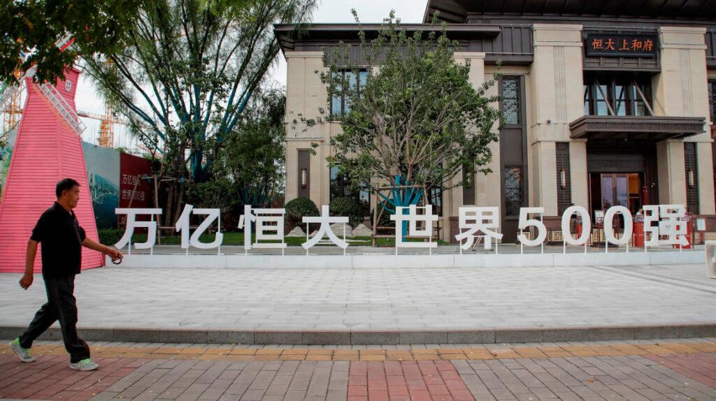 Remezón en bolsas y petróleo por crisis de gigante china Evergrande
