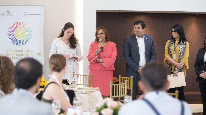 Elizabeth Cabezas y César Litardo en el almuerzo de bienvenida del ParlAmericas, en Quito, el 12 de marzo de 2019.