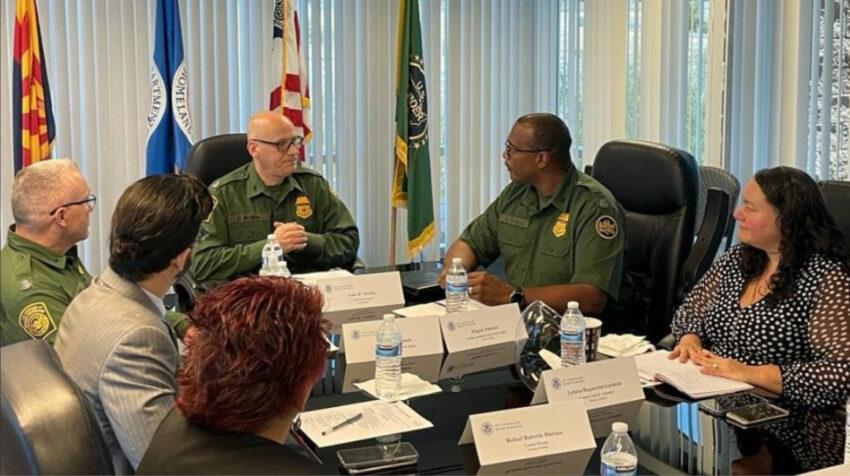 La cónsul Leticia Baquerizo en una reunión con las autoridades de la patrulla fronteriza, en Phoenix, el 10 de julio de 2021.