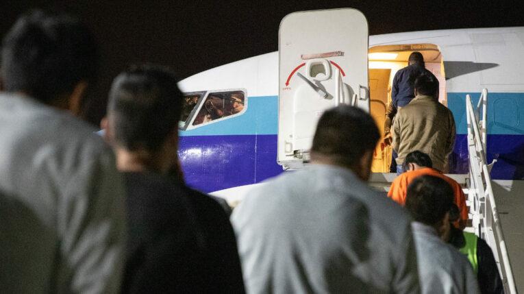 Imagen referencial. Ciudadanos mexicanos abordan un vuelo de repatriación desde Tucson (Estados Unidos) hacia Guadalajara, el 21 de febrero de 2020.
