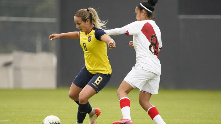 Martina Aguirre, de Ecuador, maneja una pelota en el partido amistoso ante Perú, en Quito, el 21 de septiembre de 2021.