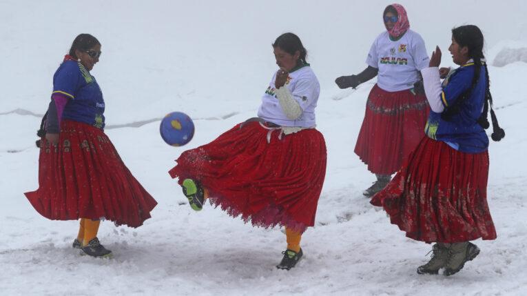 Varias mujeres aimaras, conocidas como las cholitas escaladoras 'Bolivia Climbing', juegan fútbol a 5.000 metros de altitud el 15 de septiembre de 2021, en el nevado Huayna Potosí, en Milluni (Bolivia).