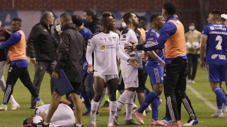 Jugadores de Liga de Quito y Emelec protagonizan una pelea en el estadio Rodrigo Paz Delgado de Quito, el 19 de septiembre de 2021.