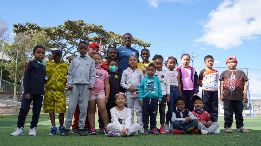 Vanessa Chalá, con los jóvenes de su escuela de judo, en el parque de Azaya, en Ibarra.
