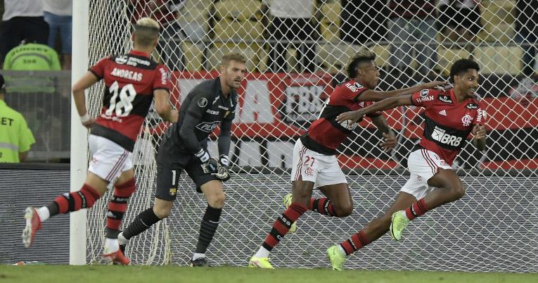 Los jugadores de Flamengo festejan un gol ante Barcelona, en el estadio Maracaná, el 22 de septiembre de 2021.