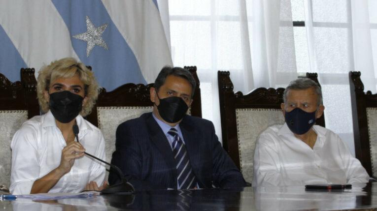 La alcaldesa de Guayaquil, Cynthia Viteri, Víctor Aráus y Gustavo Zúñiga, en el Municipio de la ciudad.