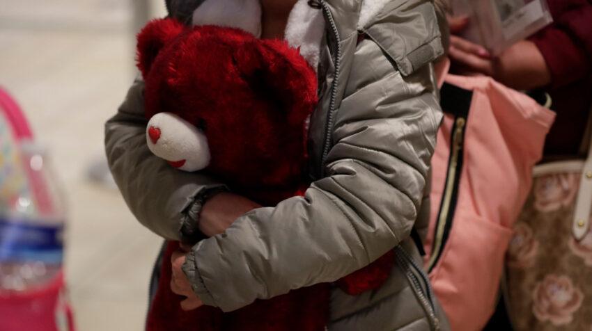 Los agentes de la Patrulla Fronteriza registran a los menores no acompañados en la estación de El Paso, Texas, el 26 de febrero de 2021.