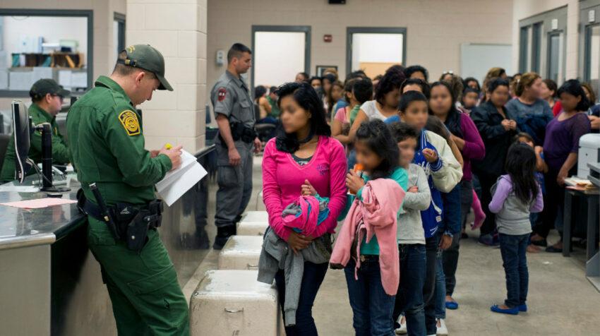 Agentes de la Patrulla Fronteriza de Estados Unidos registran a un grupo de menores no acompañados, encontrados en la frontera sur, el 28 de marzo de 2014.