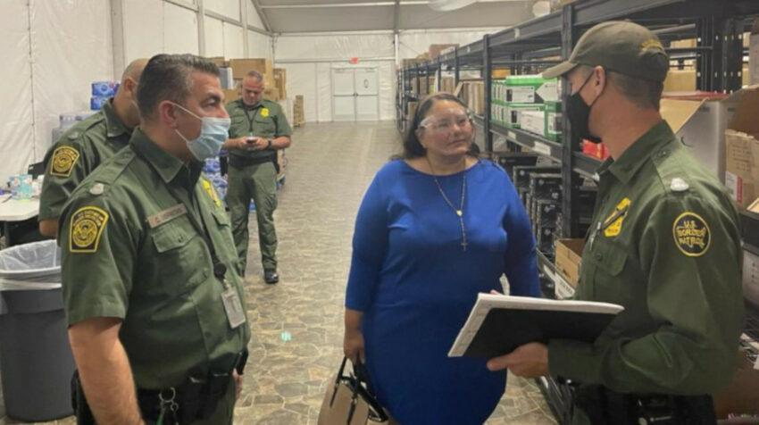 La cónsul ecuatoriana en Phoenix, Leticia Baquerizo, visita un nuevo centro para menores no acompañados en Tucson, el 23 de septiembre de 2021.