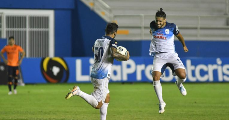 Los jugadores del Manta festejan uno de los goles del empate frente a Liga de Quito.