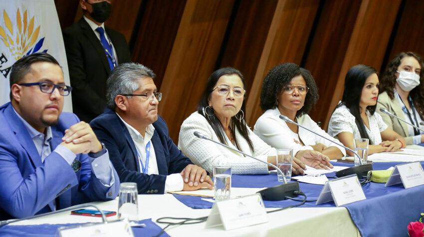 La presidenta de la Asamblea, Guadalupe Llori (centro), junto a los jefes de bancada, en un conversatorio con la prensa este 27 de septiembre de 2021.