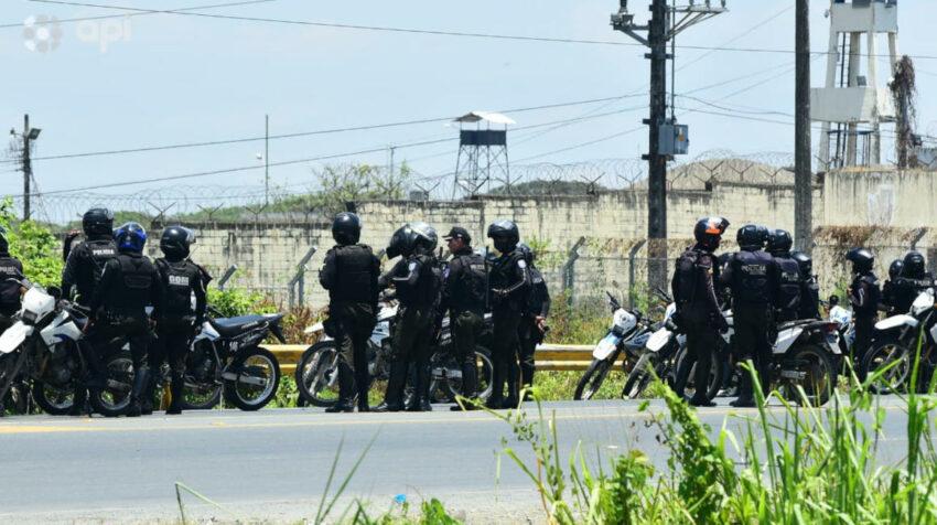 Policías observan los exterior de la Penitenciaría del Litoral, en Guayaquil, el 28 de septiembre de 2021.