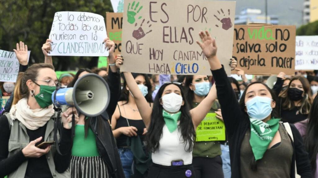 Mujeres marchan para exigir una ley que garantice el aborto seguro